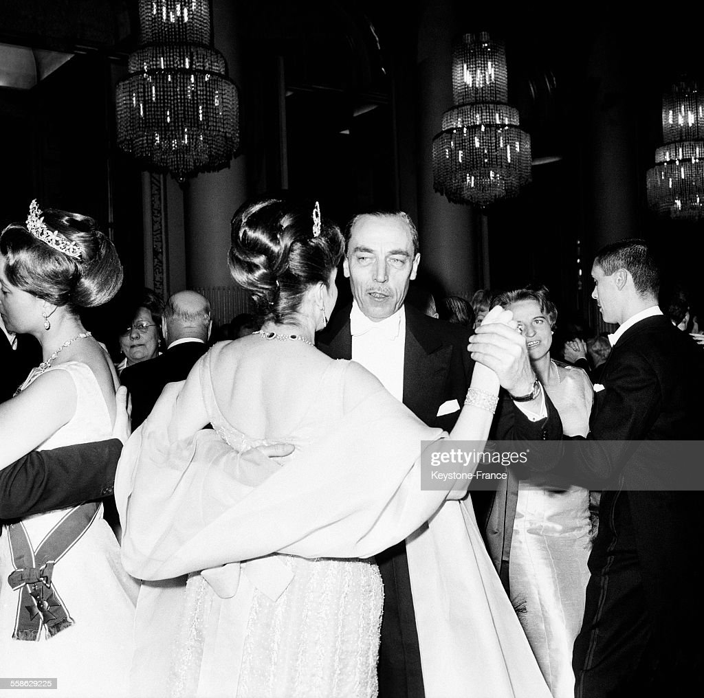 Le Comte Et La Comtesse De Paris Au Au Bal De La Chambre De Commerce Britannique : News Photo