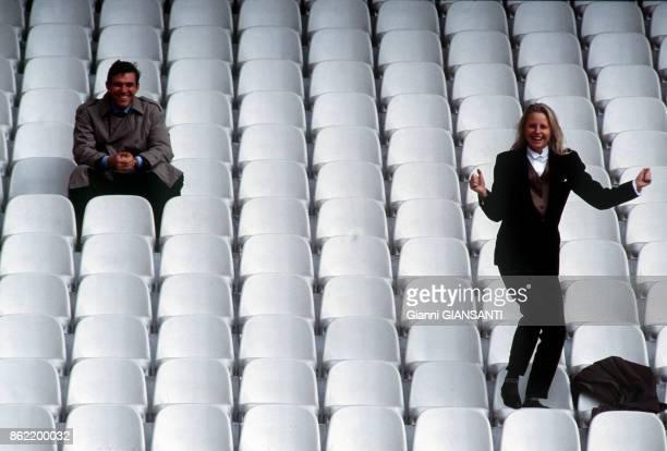 Le Comte Giacomo Cattaneo Adorno et Emanuela dans le stade de Gênes le 13 avril 1989 Italie