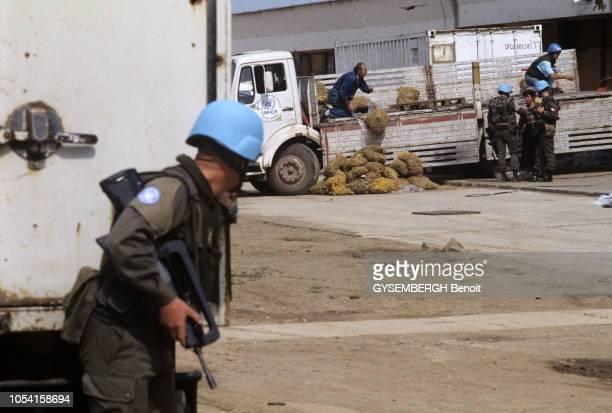 distribution de vivres sous la protection des Casques Bleus de l'ONU à SARAJEVO en BosnieHerzégovine en mai 1993 Ici un soldat armé des Nations Unies...