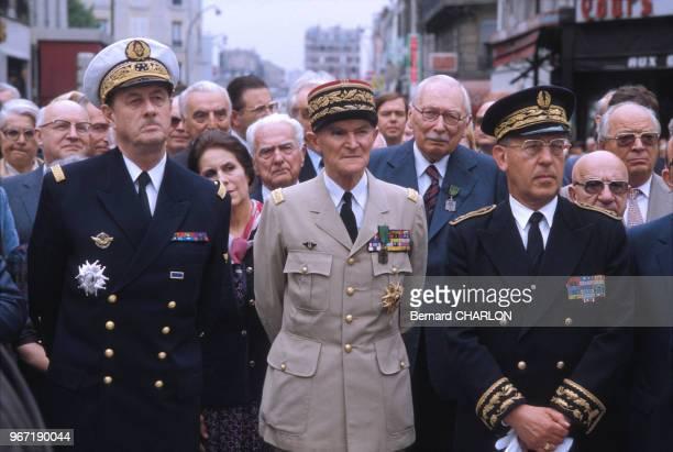 Le contreamiral Philippe de Gaulle en uniforme militaire à gauche lors d'une cérémonie le 25 juin 1982 en France
