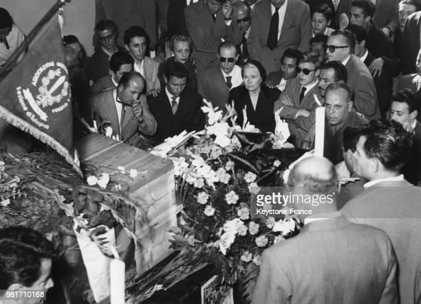 Le corps de Mussolini est rendu à sa famille et salué par des fascistes à Predappio en Italie le 30 août 1957 On reconnaît sa femme Rachele Guidi...