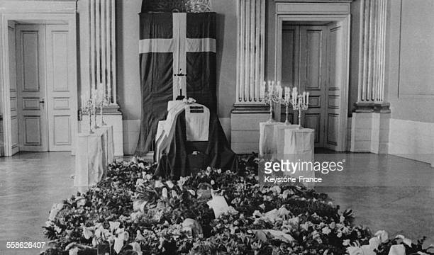Le corps du roi Christian X de Danemark reposant dans le Palais d'Amalienborg à Copenhague Danemark le 24 avril 1947
