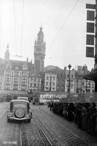 Le cortège du boxeur français Marcel Cerdan dans la rue lors de sa visite à Lille, en octobre 1948, dans le Nord, France.