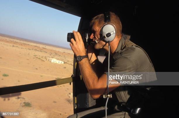 Le COS Commandement des operations speciales photographiant la future zone d'action lors de l'operation 'Restore Hope' en decembre 1992 en Somalie