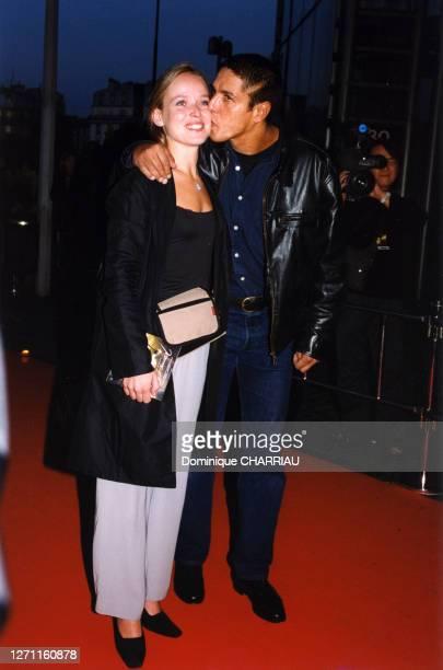 Le couple Marie Guillard et Samy Naceri sur le tapis rouge le 24 octobre 1999 à Paris, France.