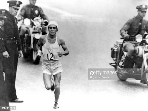 Le coureur argentin Juan Carlos Zabala protégé par des policiers et des motards remporte le marathon aux JO le 17 août 1932 à Los Angeles Californie...