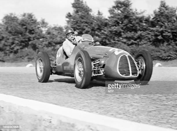 Le coureur automobile argentin José Froilan Gonzalez termine deuxième du Grand Prix de Monza le 11 septembre 1952 au volant de sa Maserati L'Italien...