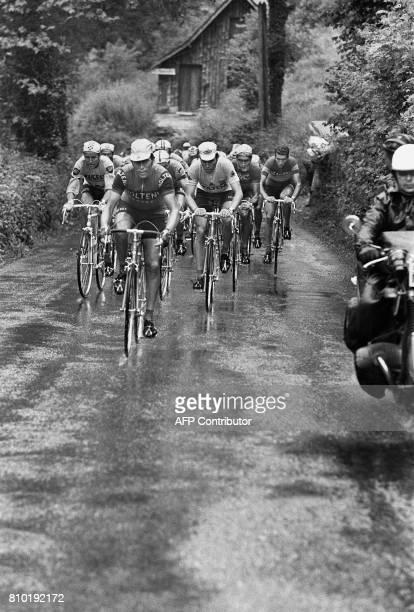Le coureur belge Eddy Merckx est entouré de ses coéquipiers dans une échappée de la 7e étape du Tour de France BayonnePau le 09 juillet 1972 Le...