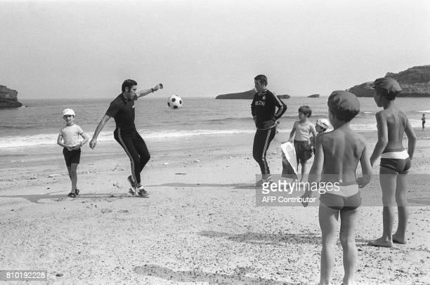 Le coureur belge Eddy Merckx profite d'une journée de repos pour jouer au football avec un collègue et des enfants sur la plage de Biarritz le 09...