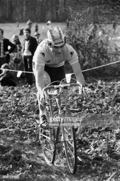 Le coureur cycliste Bernard Hinault lors du cyclo-cross de Puyoô en mai 1980, France.