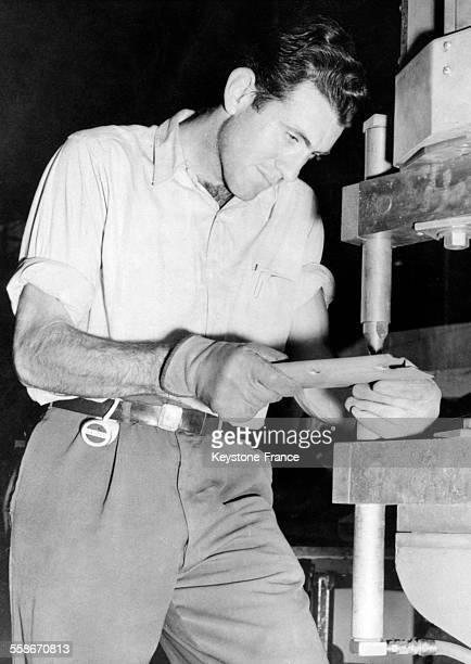 Le coureur de fond Louis Zamperini travaillant à l'usine aéronautique Lockheed à Burbank en Californie aux EtatsUnis le 20 novembre 1940