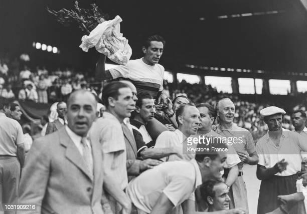 Le coureur italien Fausto Coppi porté en triomphe après sa victoire au Championnat du monde de poursuite cycliste en 1947 en France