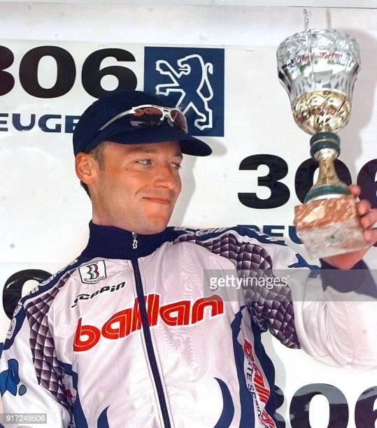 le coureur russe Alexandre Gontchenkov sourit sur le podium le 07 mai à Boulogne après avoir battu au sprint le Français Laurent Brochard à l'issue...