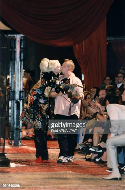 Le couturier Alexander Mac Queen qui a créé cette collection pour Givenchy Haute Couture AutomneHiver 97/98 le 7 juillet 1997 à Paris France