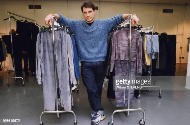 Le couturier Antonio d'Amico avec sa première collection de mode le 12 janvier 1999 à Milan en Italie.