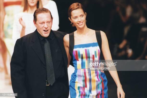 Le couturier de la marque Hervé Leger salue à la fin du défilé en compagnie d'Heather StewartWhyte le 16 octobre 1998 à Paris France