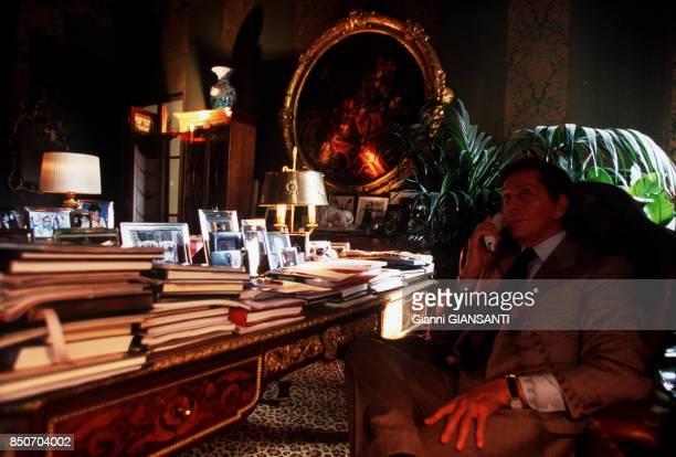 Le couturier italien Valentino Garavani au téléphone dans sa villa à Rome le 29 septembre 2000 Italie