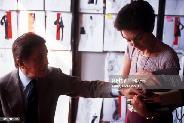 Le couturier italien Valentino Garavani avec l'une de ses assistantes à Rome le 29 septembre 2000 Italie