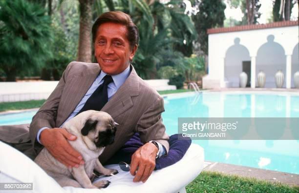Le couturier italien Valentino Garavani avec son chien dans sa villa à Rome le 29 septembre 2000 Italie