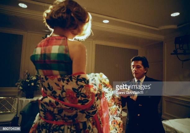 Le couturier italien Valentino Garavani avec un mannequin à Los Angeles en novembre 1998 EtatsUnis
