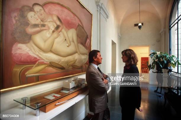 Le couturier italien Valentino Garavani avec une collaboratrice à Rome le 29 septembre 2000 Italie