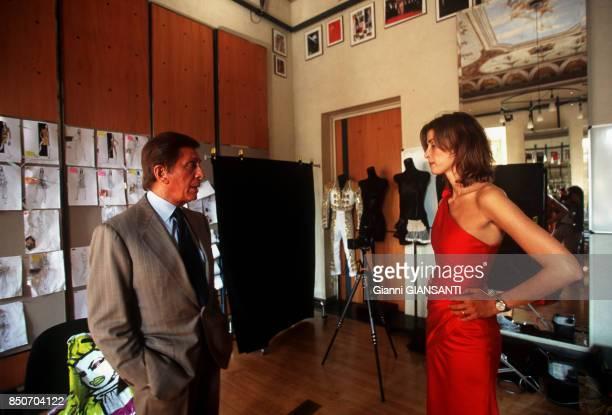 Le couturier italien Valentino Garavani avec une mannequin à Rome le 29 septembre 2000 Italie