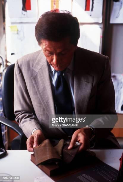 Le couturier italien Valentino Garavani choisit des tissus dans son atelier à Rome le 29 septembre 2000 Italie