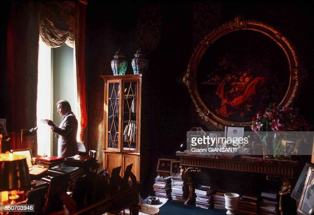 Le couturier italien Valentino Garavani dans sa villa à Rome le 29 septembre 2000 Italie