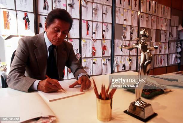 Le couturier italien Valentino Garavani dans son bureau à Rome le 29 septembre 2000 Italie