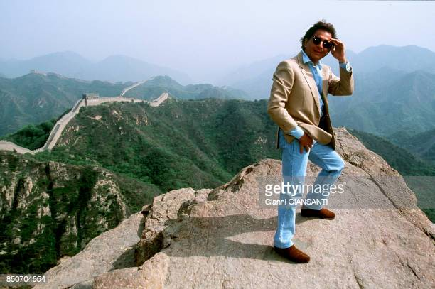 Le couturier italien Valentino Garavani pose sur la Muraille de Chine en mai 1993 Chine