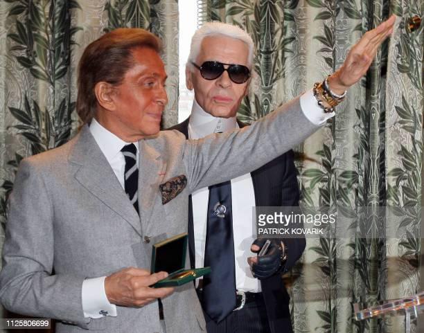 Le couturier Valentino pose avec la Grande médaille de Vermeil de la ville de Paris que lui a remis le maire de Paris Bertrand Delanoe aux côtés du...