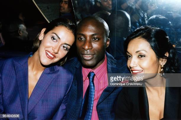 Le créateur Oswald Boateng entouré de Natasha Caine et de Shakira Caine lors de son défilé en juillet 1997 à Paris France