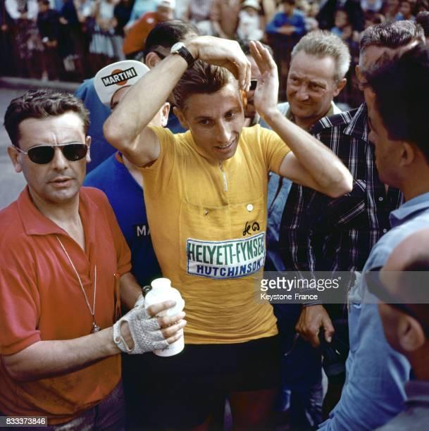 Le cycliste belge Romain Maes vainqueur du Tour de France 1935 parle au micro après son arrivée à Paris France le 28 juillet 1935