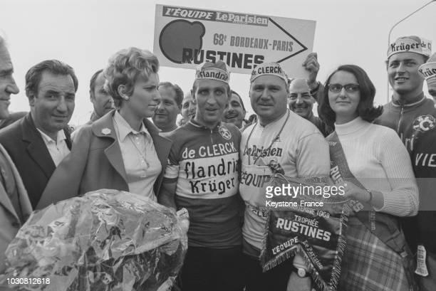 Le cycliste belger Walter Godefroot célébrant sa victoire à l'arrivée de l'étape BordeauxParis lors du Tour de France le 8 septembre 1969 en France