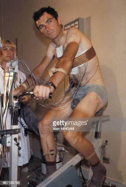 Le cycliste Bernard Hinault lors d'un contrôle médical le 26 juillet 1979 à Nantes, France.