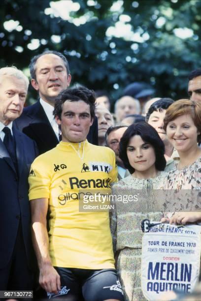 Le cycliste Bernard Hinault remporte le 75ème Tour de Franceà gauche le sénateur Maurice Couve de Murville le 22 juillet 1978 à Paris France