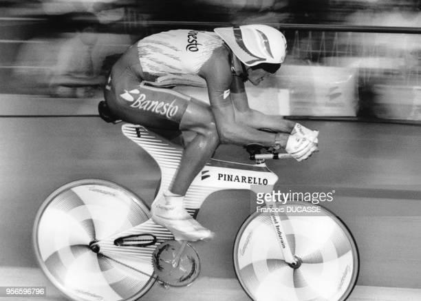 Le cycliste espagnol Miguel Indurain battant le record de l'heure au vélodrome de Bordeaux, en Gironde, en France, en août 1994.