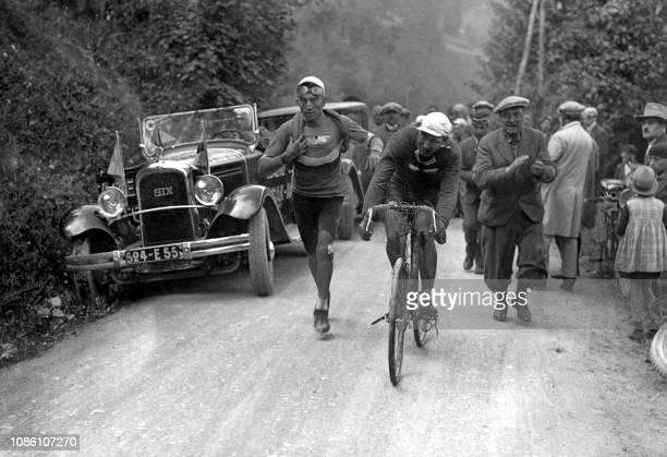 Le cycliste français André Leducq maillot jaune gravit sur son vélo le col du Télégraphe lors de la 16ème étape de la 24ème édition du Tour de France...