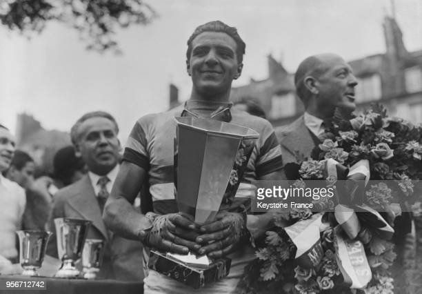 Le cycliste français Guy Lapébie gagnant de la course cycliste des Six Nations porte sa coupe à Paris France en 1935