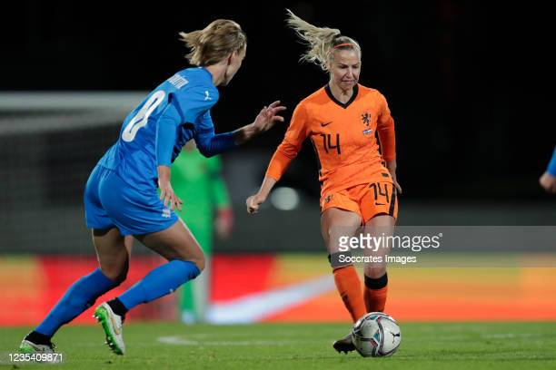 Le Dagny Brynjarsdottir of Iceland Women, Jackie Groenen of Holland Women during the World Cup Qualifier Women match between Iceland v Holland at the...
