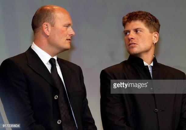 le Danois Bjarne Riis et l'Allemand Jan Ulrich anciens vainqueurs du Tour de France cycliste discutent le 24 octobre 2002 à Paris lors de la...