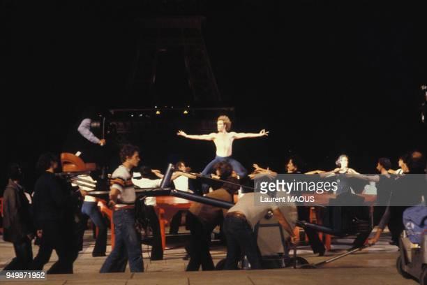 Le danseur argentin Jorge Donn et le corps de ballet interprètent 'Le Boléro' de Maurice Ravel sur le tournage du film de Claude Lelouch 'Les uns et...