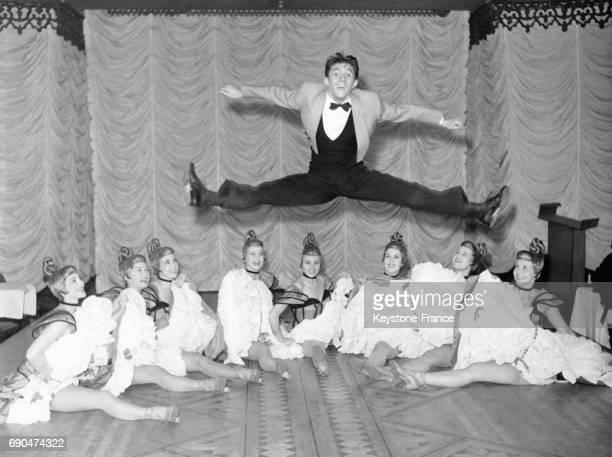 Le danseur et acrobate Stefani saute pardessus les Blue Bell Girls pour le nouveau numéro du Lido le 11 juin 1953 à Paris France