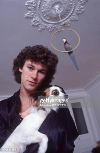 Le danseur français Patrick Dupond chez lui à Paris avec son chien le 17 juin 1986 France
