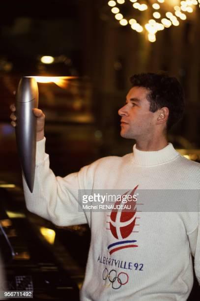 Le danseur français Patrick Dupond portant la Flamme des Jeux Olympiques d'hiver d'Albertville, à Paris, France.