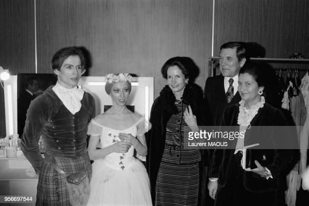 Le danseur Rudolf Noureev et sa partenaire Natalia Makarova félicités par AnneAymone Giscard d'Estaing et les ministres René Haby et Simone Veil le...