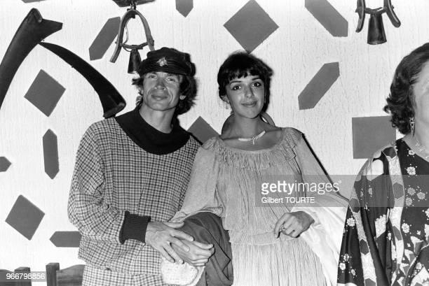 Le danseur russe Rudolf Noureev et la pianiste Elena Bashkirova dans un restaurant à Menton dans les AlpesMaritimes en France le 28 août 1979