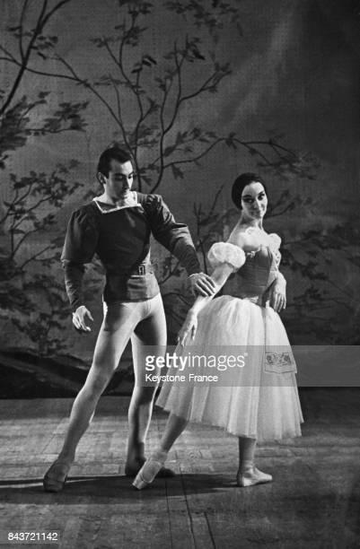 Le danseur Stevan Grebel et la danseuse Ludmila Tcherina dans une scène du ballet 'Giselle' au théâtre Bolchoï à Moscou Russie en décembre 1959