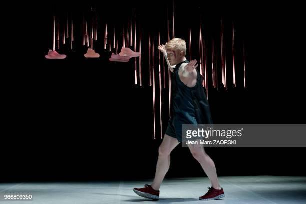 Le danseur suédois Markus Baldemar dans « dbbddbb » une pièce de danse chorégraphiée par le danseur et chorégraphe américain de danse contemporaine...