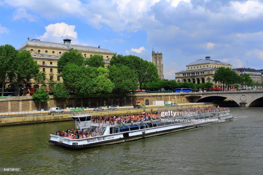 Île de la Cité, a passenger boat cruise on the Seine River : Stock-Foto